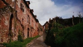Collonges la Rouge: un magnifique village de gré rouge de l'épopée gallo-romaine
