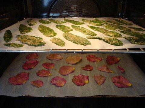 pétales de roses et feuilles de menthe
